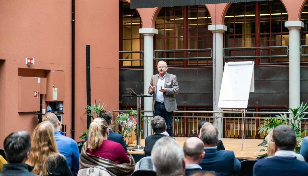 Professor Nils Høgevold holder foredrag.