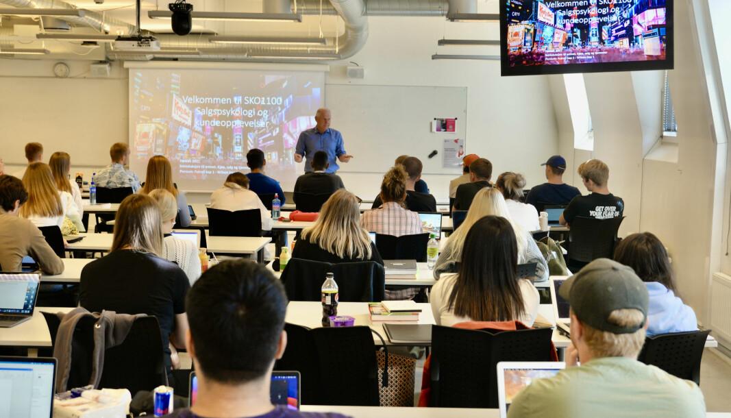 Nils Høgevold underviser de ferske elevene i salgspsykologi og kundeopplevelser, på Høyskolen Kristiania.