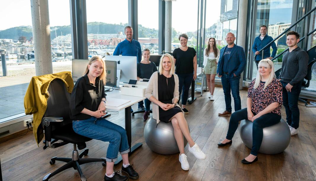 Partner og markedsføringsrådgiver i Skarp ønsker å satse på unge mennesker. Her sammen med teamet sitt.