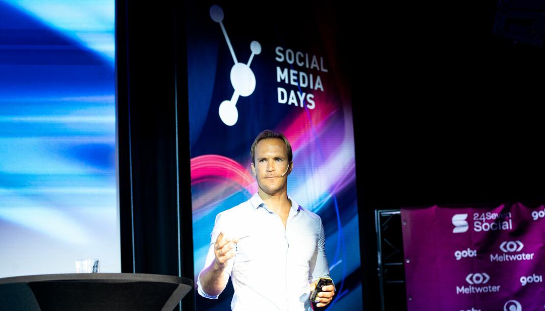 Johan Eriksson på scenen under Social Media Days i Oslo.